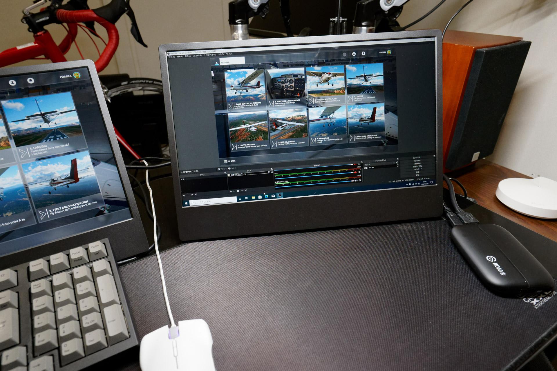 M505Eを経由してキャプチャーデバイスにゲーム画面をHDMI入力する。ここではあえて左側の1台をゲームプレー用に、中央の1台を配信映像確認用にしているが、キャプチャーデバイスには左側のM505Eから入力させている
