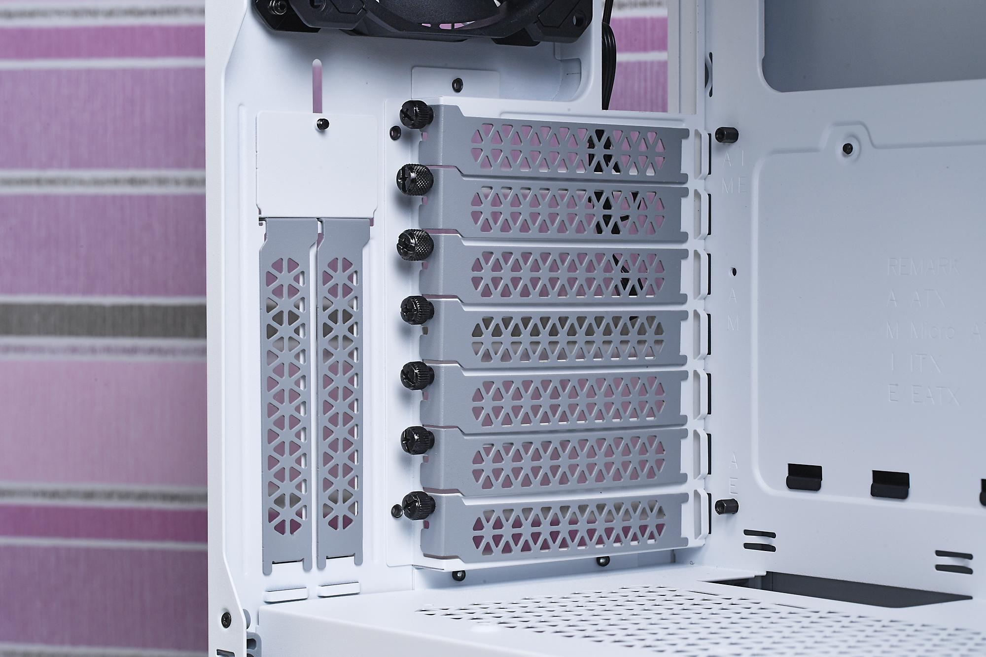 背面にはビデオカードを縦置きするときに使う拡張カードブラケットを装備。