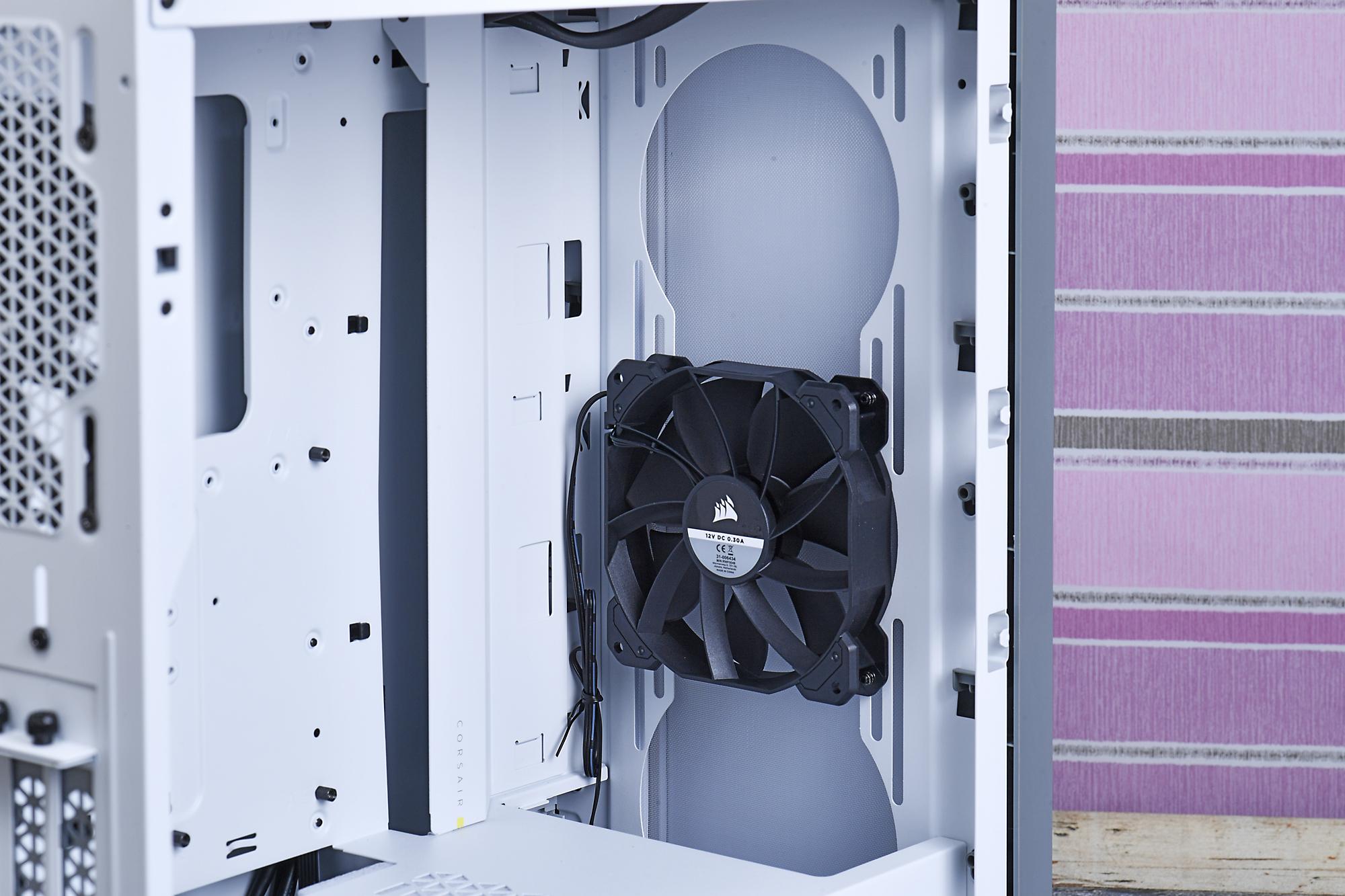 天板や前面に多数のケースファンや、大型の水冷ラジエーターを搭載可能。