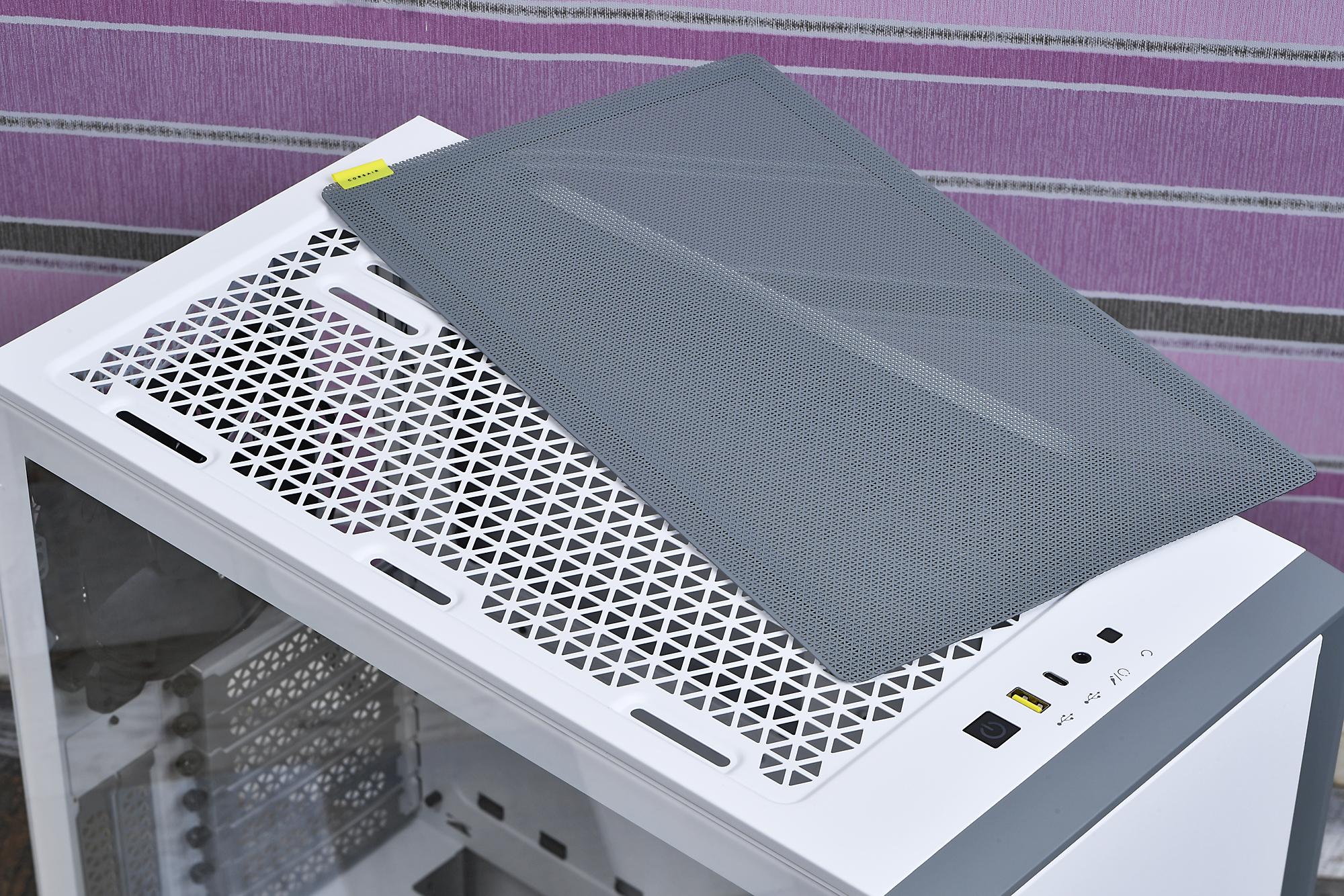 天板はどのモデルもメッシュ構造で、磁石式の防塵フィルタで保護されている。