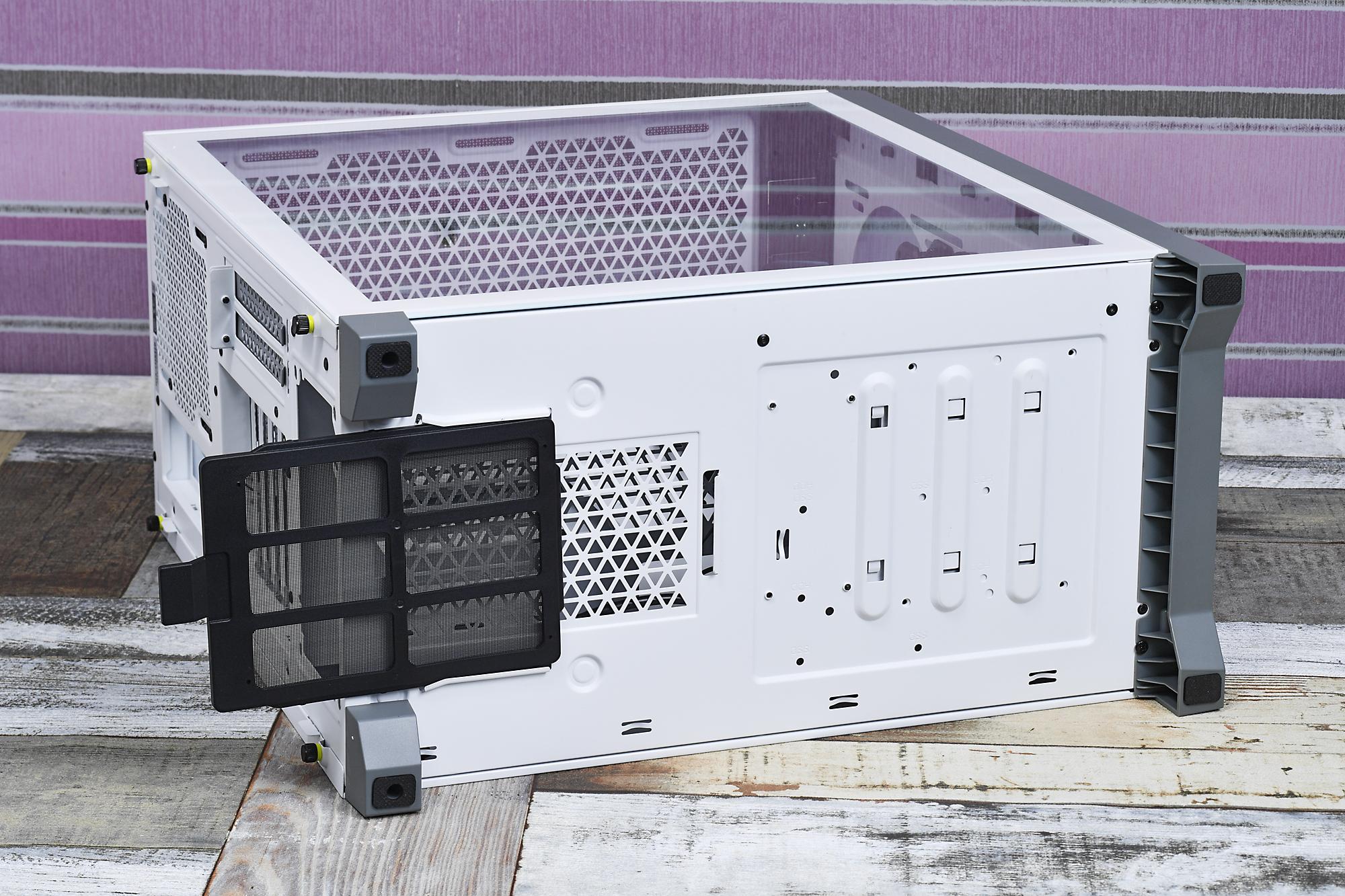 底面には高さのある足を装備し吸気性能を確保、フィルターも備えている。