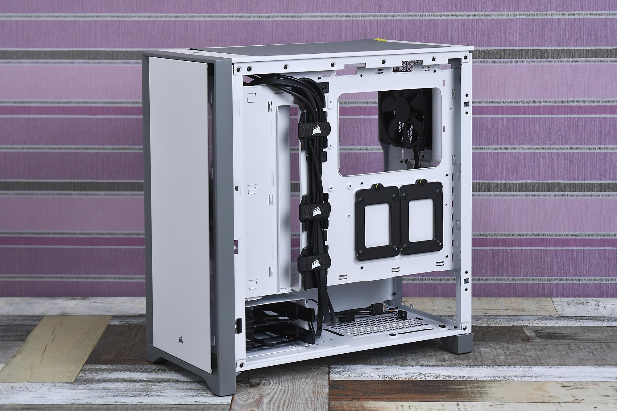 ケース裏面側。厚さ2.5cmほどのスペースが確保されており、太い電源ケーブルなども整理しやすい。