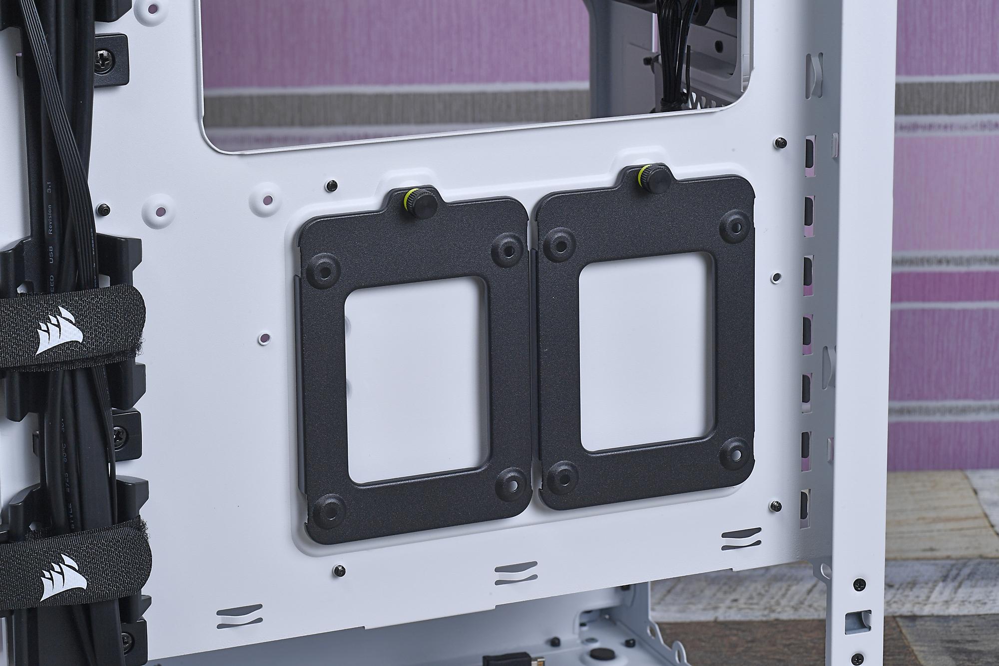 マザーボード裏面側には2.5インチドライブを設置可能なベイが備えられている。