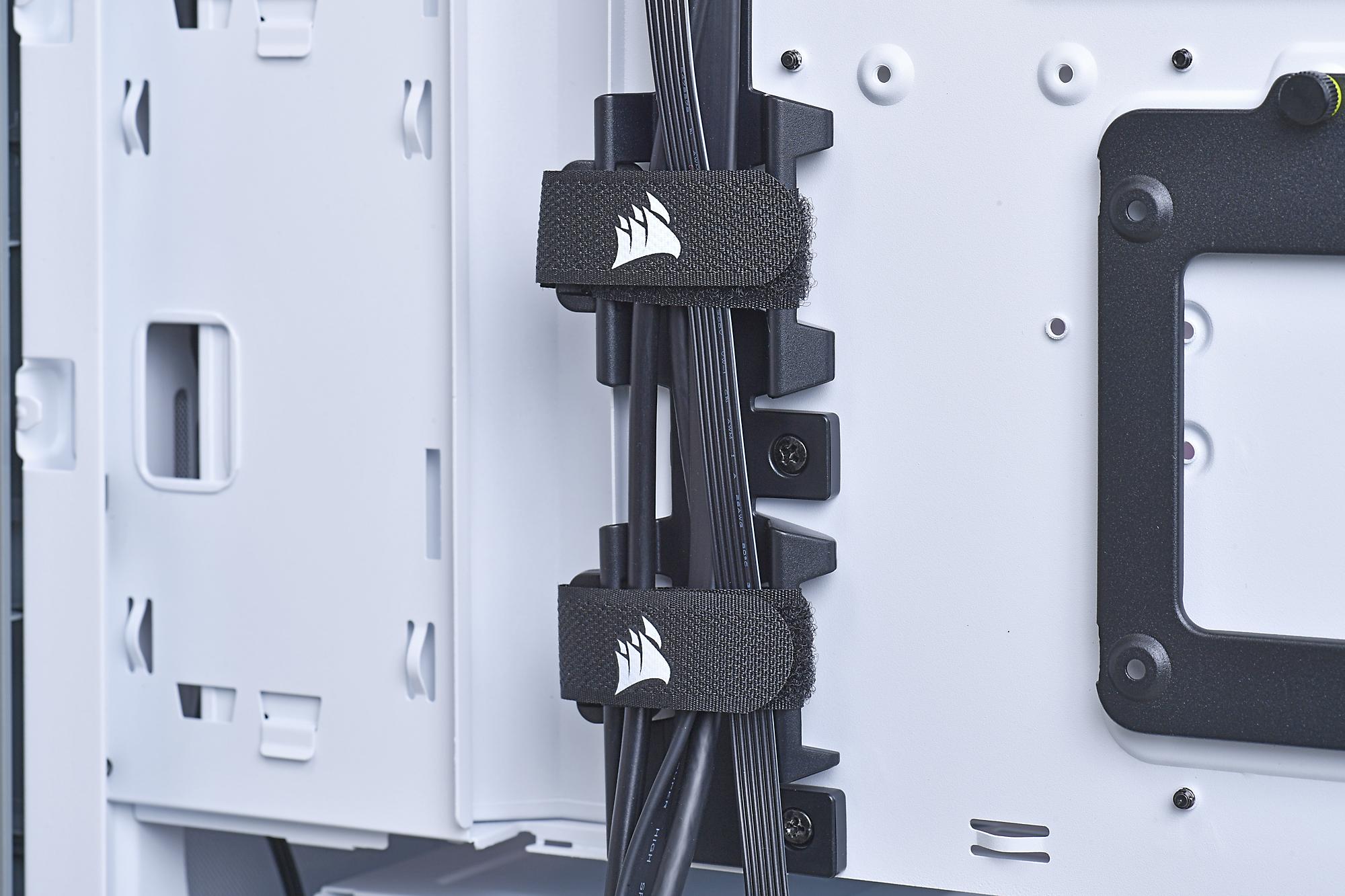 ケーブル用のガイドを装備し、また面ファスナーでしっかりと固定できるのもうれしいところ。