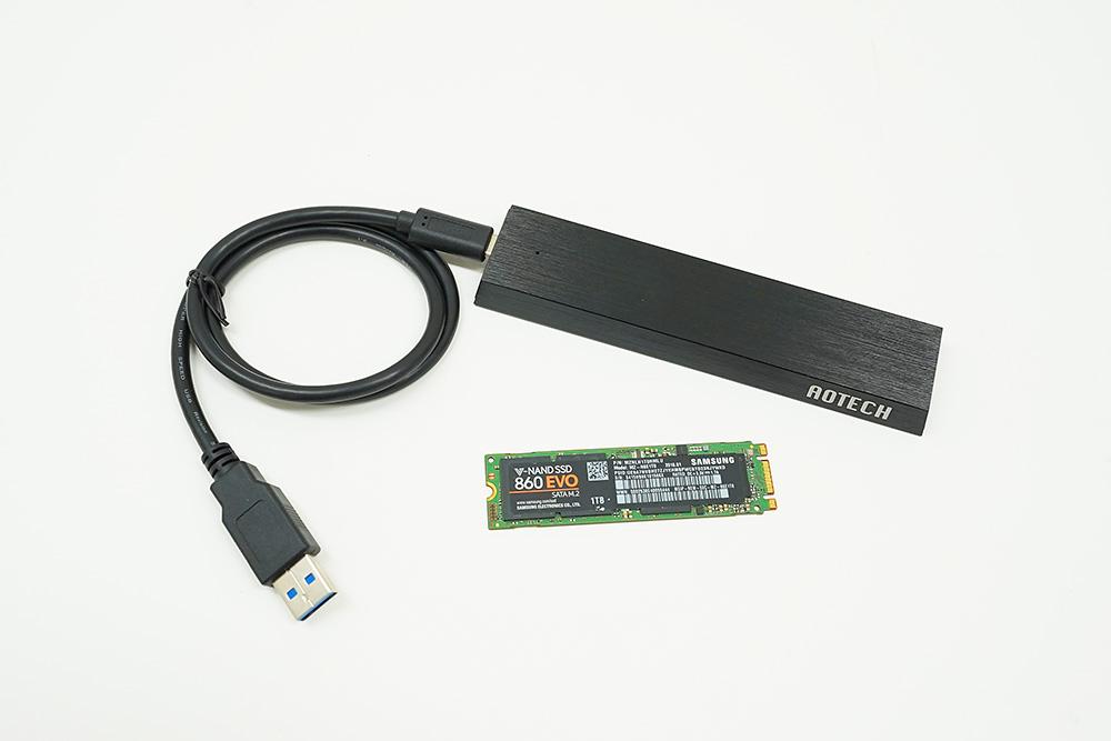 ●1 SSD外付けケース「AOK-M2SATA-U31G2A」と換装するSSDを準備。