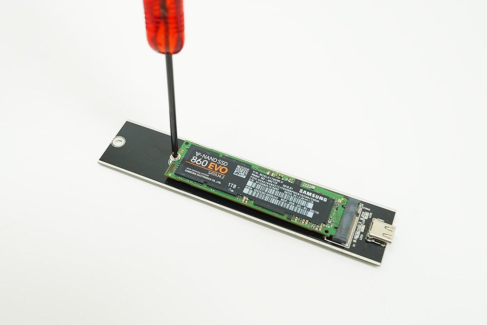 ●4 基板にSSDをネジで固定する。「AOK-M2SATA-U31G2A」は裏側からネジで固定する仕組みになっている。