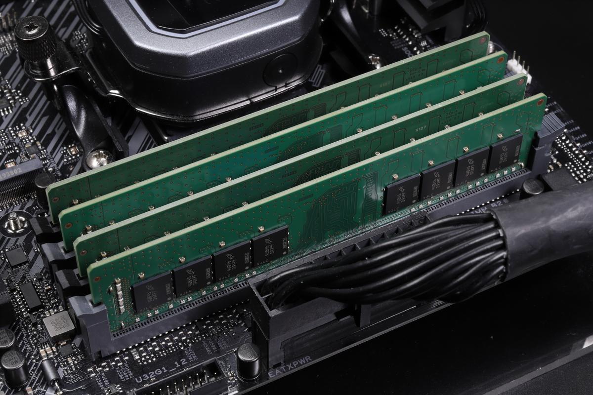 1枚32GBのDDR4-3200メモリ4枚で合計128GB。