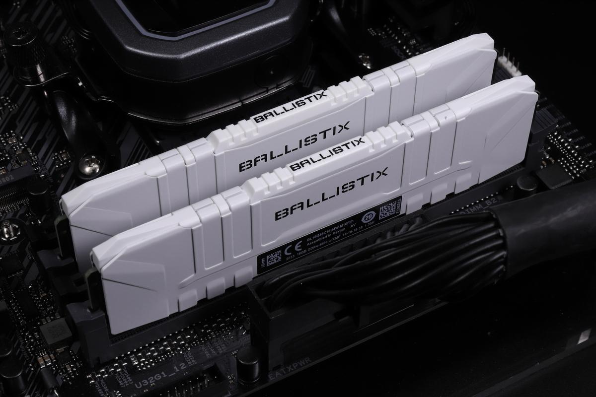 DDR4-3600動作の16GBメモリ2枚組「Crucial Ballistix BL2K16G36C16U4W」。
