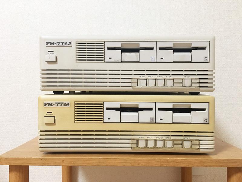 正面から見ると、エンブレム以外の違いはほとんどありません。左から電源スイッチ、モード切替スイッチ、BOOT1ボタン、BOOT2ボタン、BASICボタン(それぞれ排他仕様)、リセットボタンがあります。FMシリーズなので、ドライブは右から0→1の順番となっています。