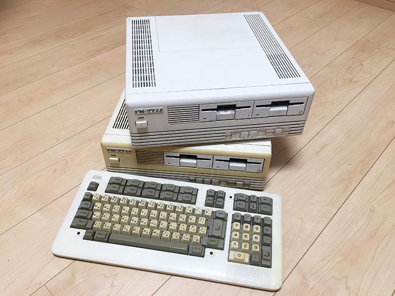 基本的な部分は変わらないと言うことで、FM-77L4とFM-77L2の2機種をまとめて取り上げました。手前に置かれているキーボードはFM-77D2のもので、L4やL2ではカールコード部分の色が白に近いカラーリングになっています。