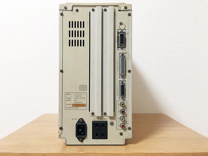 背面は右上から、プリンタポート、RS-232Cコネクタ、アナログRGB端子、オーディオ入力(左右)、オーディオ出力(左右)となっています。最下段には電源差し込み口の他、2口のサービスコンセントもついていました。