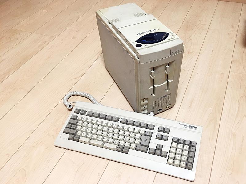PC-88シリーズ最初で最後の、縦置きオンリースタイルを採用しています。上部は、model 1であればCD-ROMドライブの部分にダミーのカバーが、model 2ではCD-ROMドライブが搭載されていました。