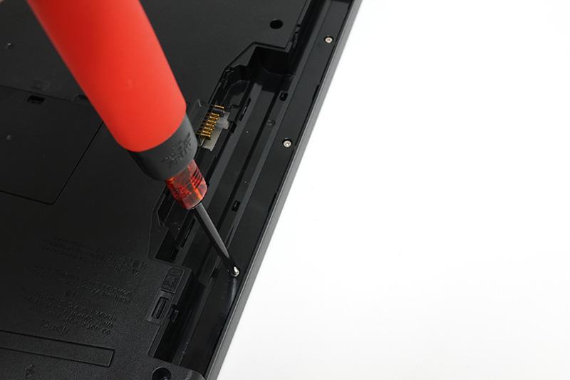 ●4 バッテリー装着部のネジも外す。