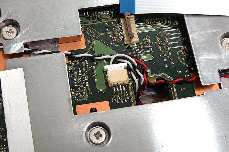 ●14 スピーカーケーブルはロック機構がないのでそのまま引き抜ける。