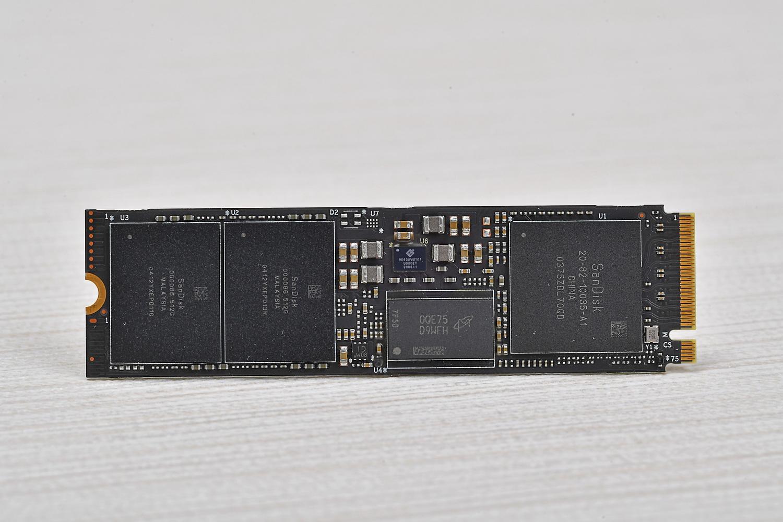 WD_BLACK SN850の表面および裏面。裏面には一切チップ類がない設計
