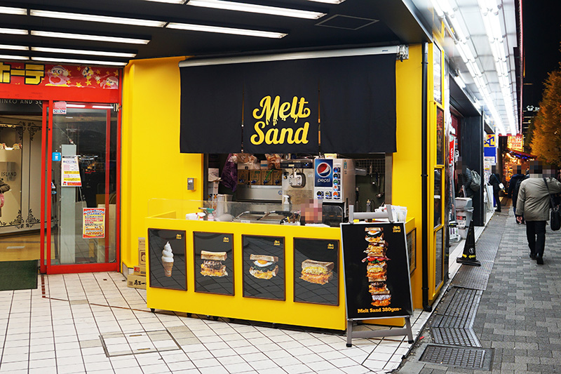 ドン・キホーテ 秋葉原店の入り口で営業をしている「MELT SAND」