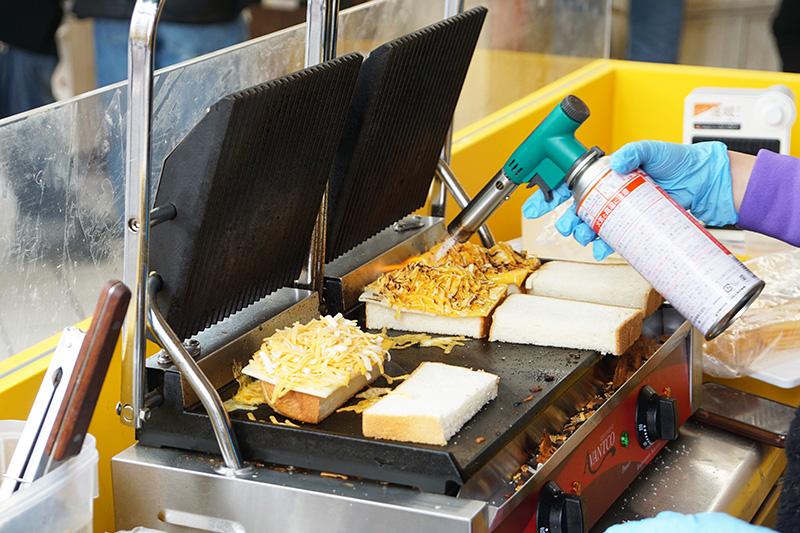 チーズは具材を挟む前にバーナーで炙るらしい