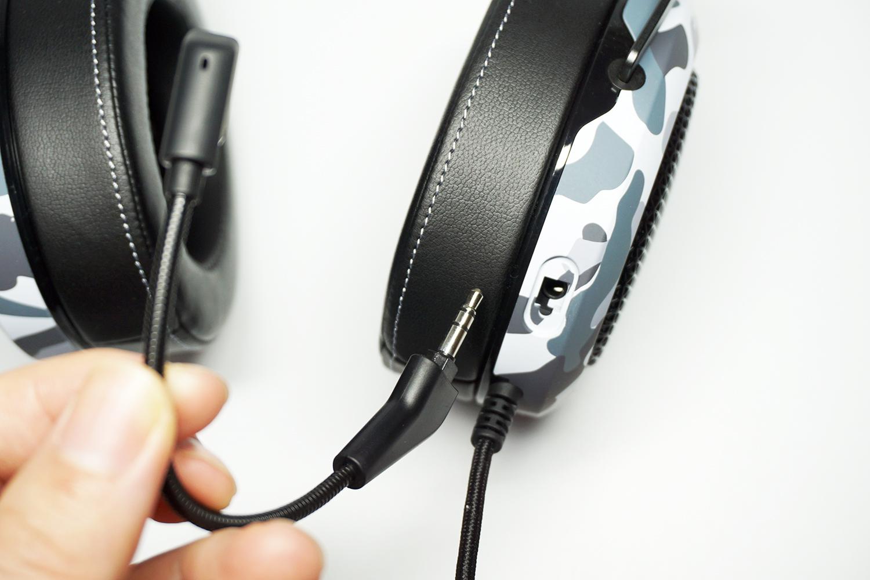マイク部分は着脱可能で差し込み口にはカバーもついているのでマイクなしのヘッドホンとして運用する事も可能。