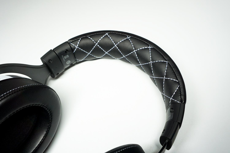 ヘッドバンド部分には網目状のパターン、さりげないおしゃれの他耐久性にも貢献してくれそうだ。
