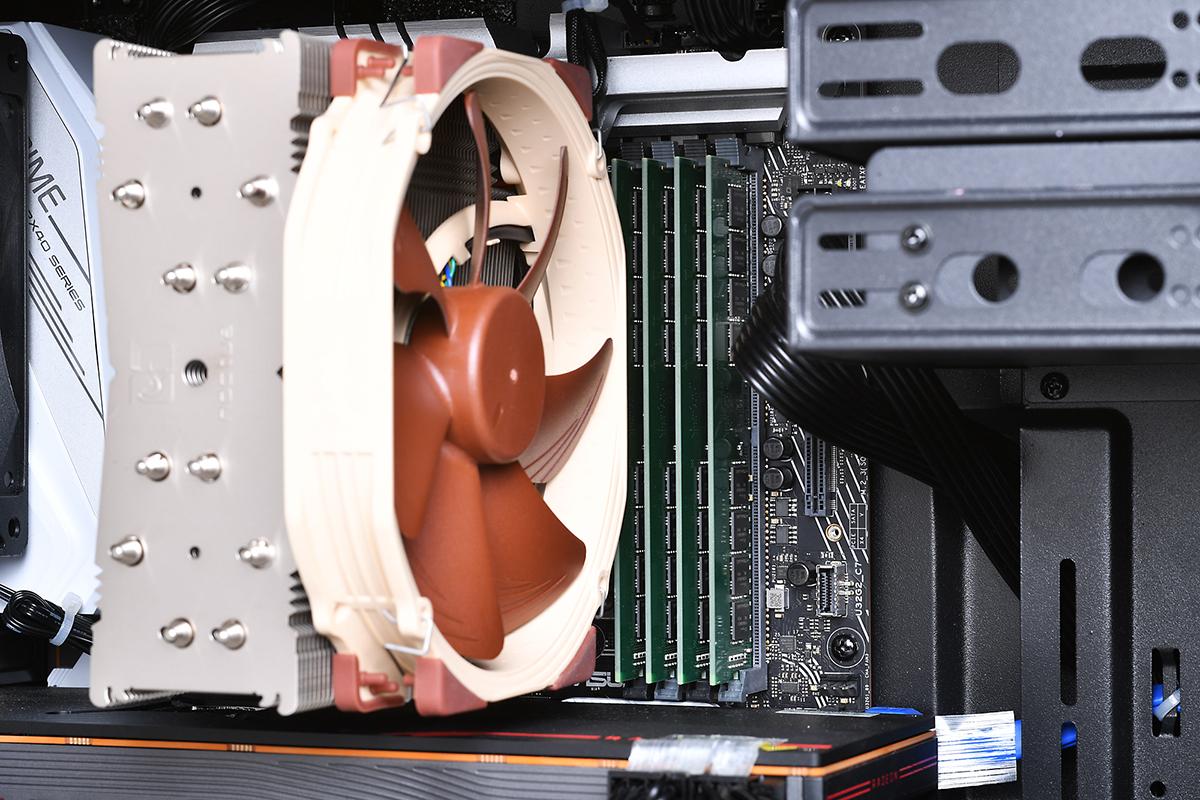 このクーラーの下に、64コアCPUのRyzen Threadripper 3990Xが取り付けられている