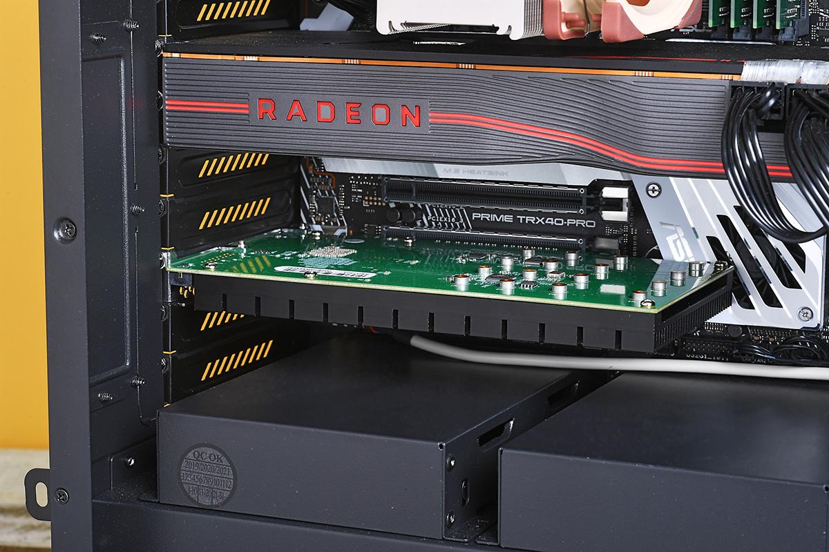 SSD7505をPCに装着したところ。上段のRadeon RX 5700 XTカードと比べると幾分コンパクト