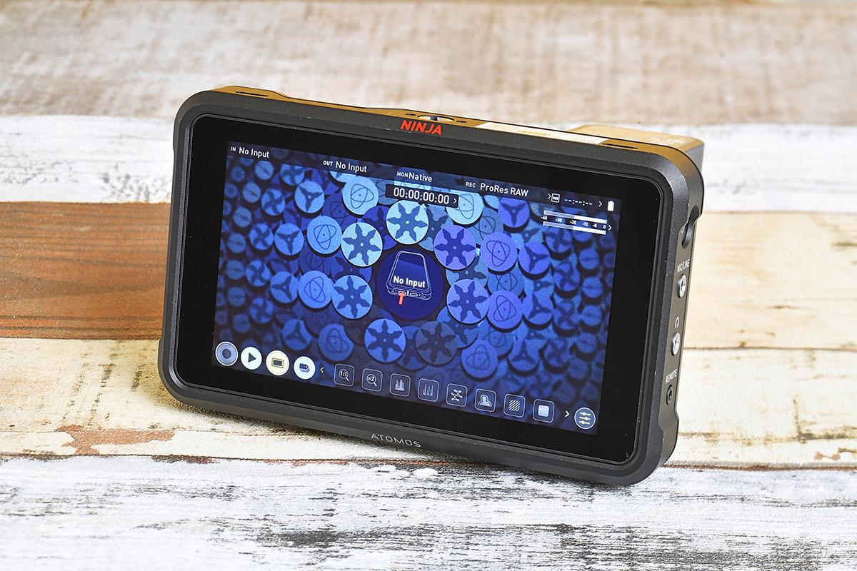 HDR対応の映像モニタと外部ストレージの機能を併せ持つATOMOS NINJA V。これをカメラとHDMIケーブルで接続して録画する
