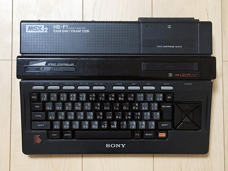 上から見ると、キーボードが2色に分かれているのがはっきりとわかります。その他にファンクションキーなどの特別なキーは明るい灰色で、そしてPAUSEキーは一際目立つように配慮されています。