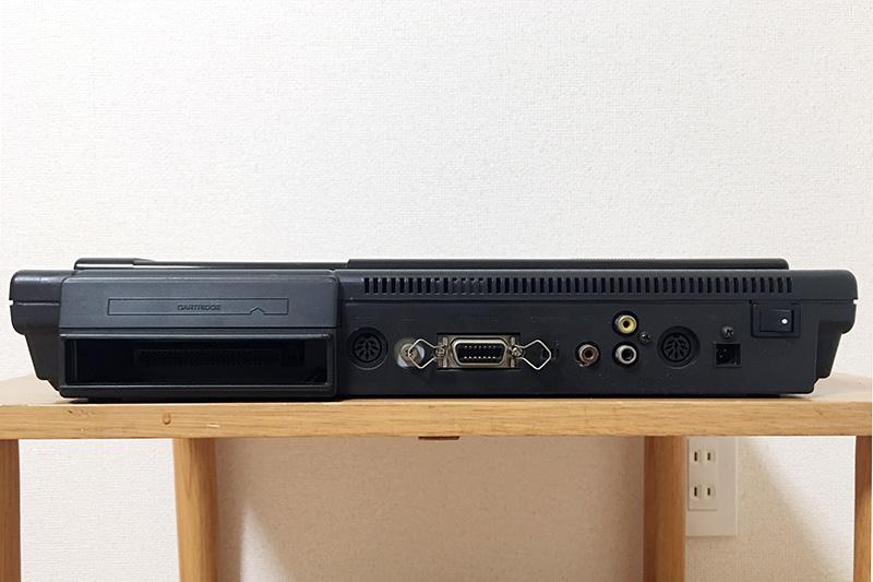 背面は左から、カートリッジスロット2、CMT端子、アース、プリンタポート、チャンネル切り替えスイッチ、RF出力端子、ビデオ(上)・オーディオ(下)出力端子、RGB出力端子、ACアダプタ入力、電源スイッチとなっています。