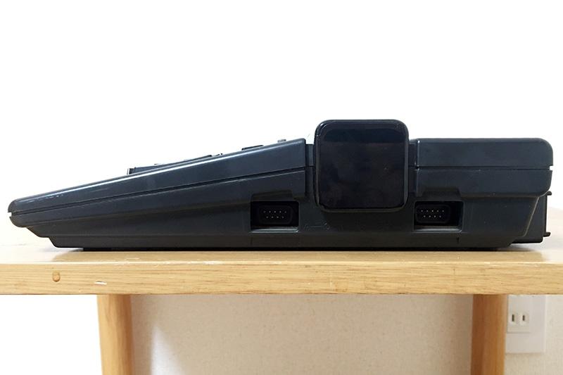 正面から見て右側面には、コントローラと書かれたジョイスティック端子が2つ備わっています。