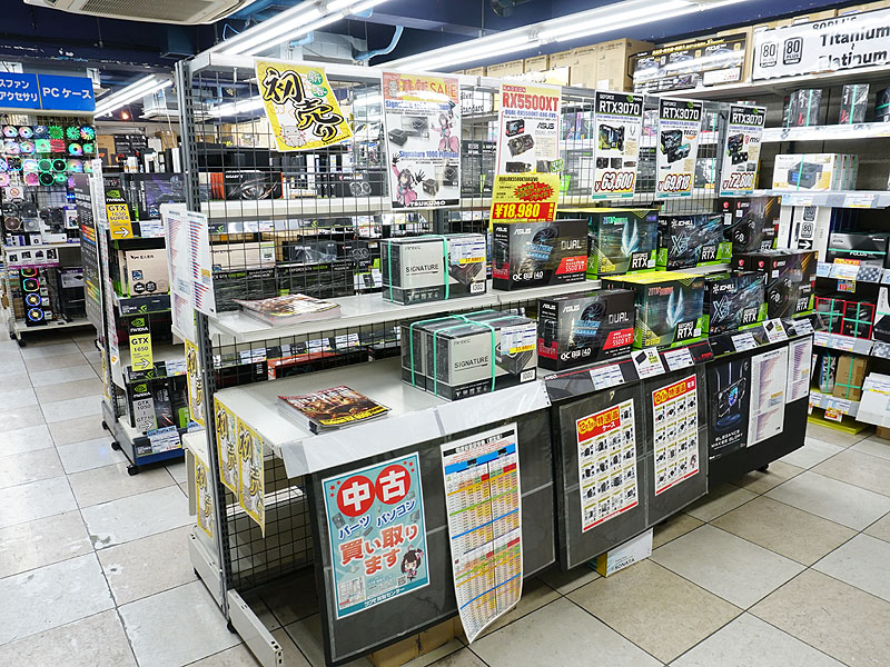 """<a href=""""/shop/at/99honten.html"""" class=""""deliver_inner_content"""">ツクモパソコン本店</a>のビデオカードコーナー。棚に空きが目立つ"""