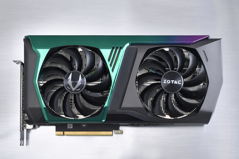 カード全長は約142mm。片側のファン側にもホログラフィック仕上げのカバーがかかっているのが上位GPU版の「ZOTAC GAMING RTX 3080 AMP Holo」との違いだ