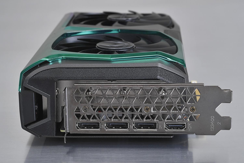 出力端子の構成は近年では定番のDP×3+HDMI×1の構成。Ampere世代なのでUSB Type-C出力は存在しない。カード全体の厚みはTwin Edge/Twin Edge OCよりも約17mm増えている