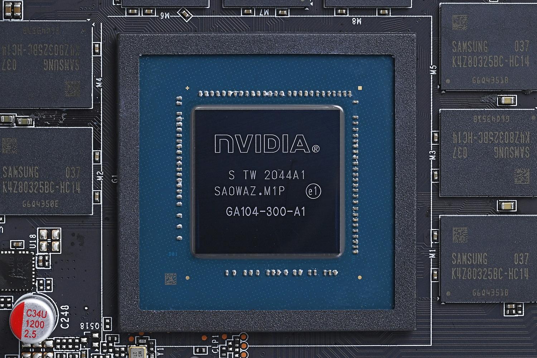 GPUはGA104コアを利用したRTX 3070。ビデオメモリはGDDR6を8GB搭載。先日発表されたRTX 3060のほうが12GBと搭載量こそ多いが、メモリバス幅はRTX 3070のほうが広いため、ゲームではこちらのほうがパフォーマンスが期待できる
