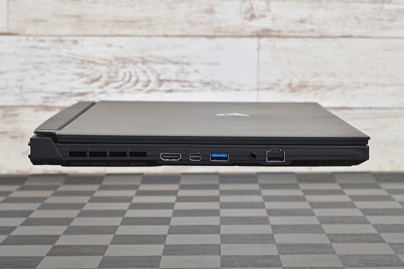 左側面にはゲーマーにうれしい有線LANをはじめ、HDMI出力やヘッドセット端子(4極プラグ対応)を配置。Mini DisplayPortを備えているのがおもしろい
