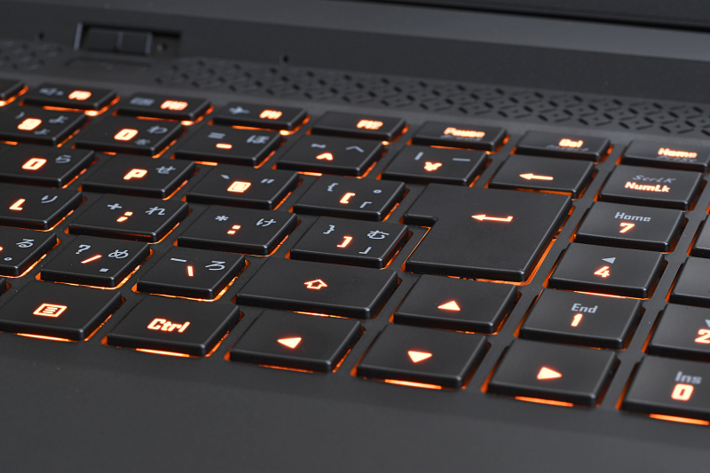 キーの打ち心地はとくにクセがなく、ごく普通のノートPCのキーボードといった印象。キーのレジェンドは中央の文字だけが透過で、かな文字などは印刷になっている。全体のコストを考えると妥当な判断か