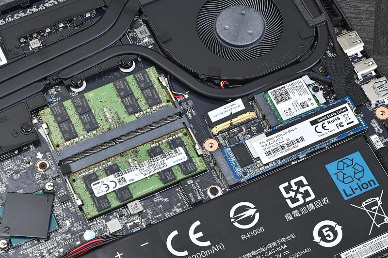 メモリはDDR4-3200の16GBモジュール(2933MHz動作)が2枚実装済。ストレージは未知の型番のもの(おそらくOEM)だったが、Phison製コントローラとKingstonの刻印が入ったDRAMチップが確認できた