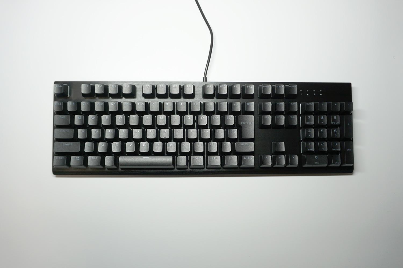 正面、日本語配列フルキーボード。表面はアルミニウムフレームで覆われている。