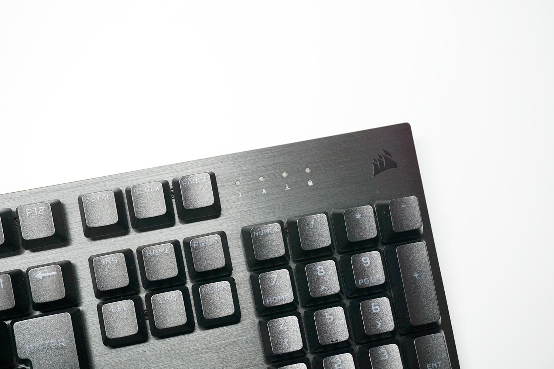 フレームは質感の良いアルミフレーム、本体右上のインジケーターでキー入力の状態を確認可能。