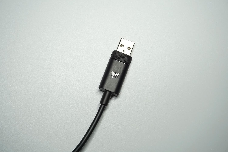 USBケーブルの長さは約1.8m。1000Hzのポーリングレートに対応。