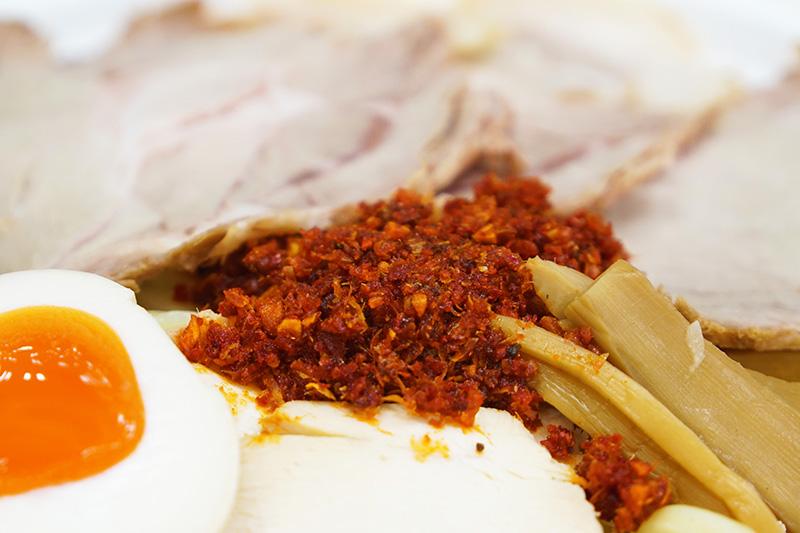 トッピングの海老辛は香ばしい海老の風味とピリッとした辛みが良いアクセントに。