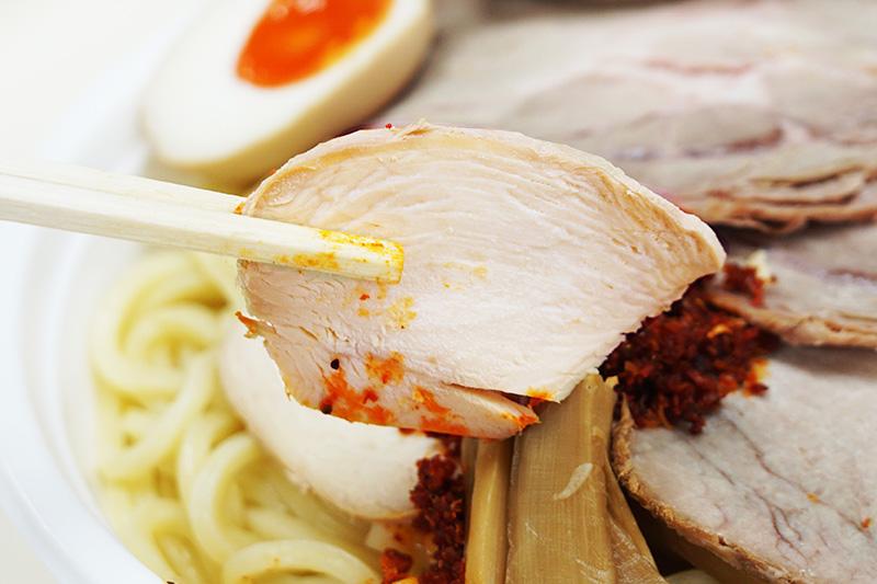 チャーシューは2種類入っていて、それぞれ異なる味と食感を楽しめます。