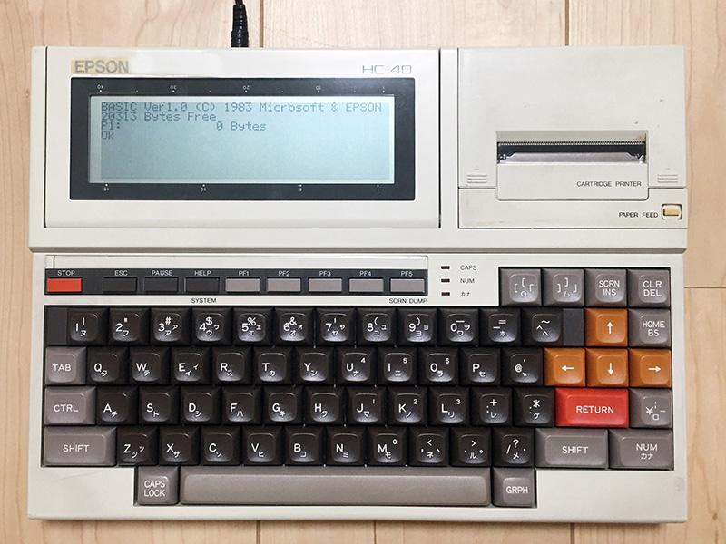 キーボード部分は、背面のネジを3本外すだけで取り外すことができます。現在のキーボードに変えてアイテムキーボードを接続すれば、HC-41となります。なお販売されたHC-41モデルも、モニタ部分にはHC-40と書かれていました。電源を入れていくつかのメニューを選ぶと、BASICの画面が表示されます。