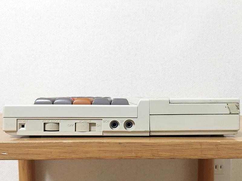 右側面にはリセットボタン、VIEW ANGLE(コントラスト)調整つまみ、電源スイッチ、バーコードリーダ接続端子、外部スピーカ端子、カートリッジスロットと並んでいます。