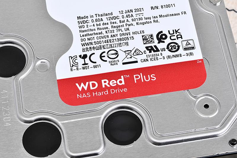WD Red Plusの4TBモデルWD40EFZX(左)とWD Redの4TBモデルWD40EFAX。製品情報のシール以外は表面も基板面も非常に似ているが、完全に同一というわけではない。