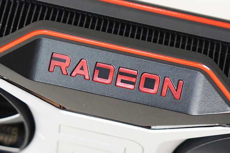 カード中心には「Radeon」ロゴ。