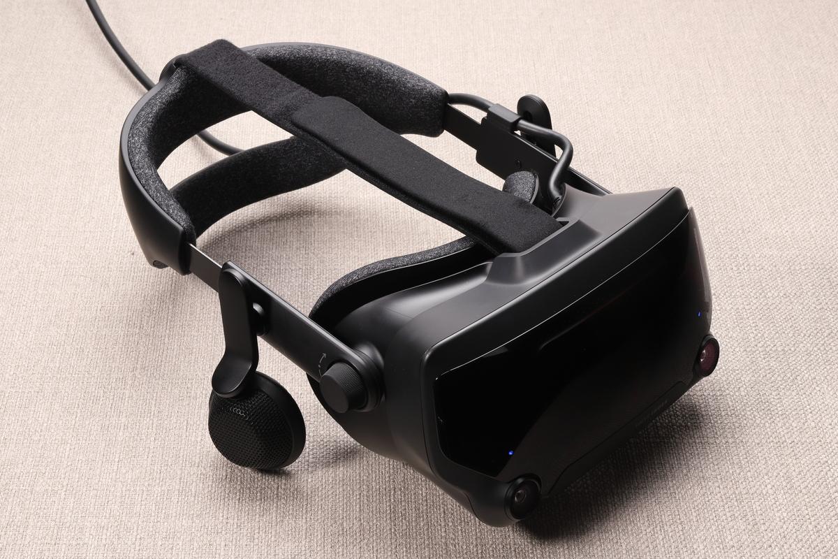 Valve Indexヘッドセット。片眼あたり1,440×1,600ドットの液晶ディスプレイを搭載。