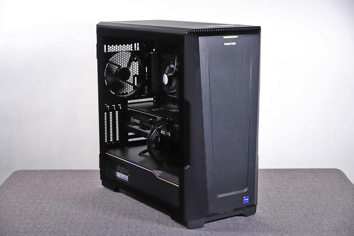 FRGBZ590/A。冷却性とビジュアルを兼ね備えたケースを採用しており、ケース左側面には強化ガラスパネルを搭載