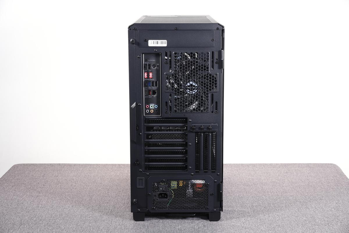 ケース背面。排気用の140mmファンの他、バックパネルインターフェイスや電源ユニットにアクセスできる。
