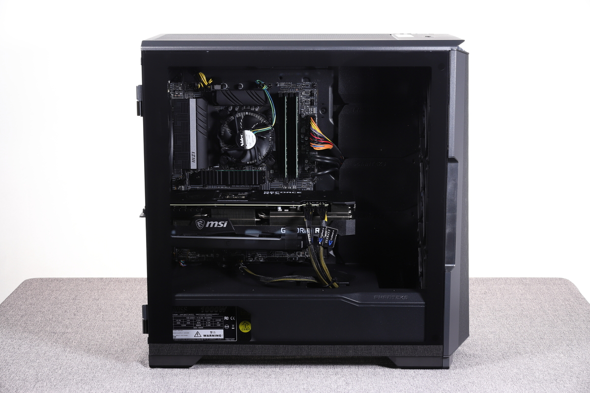 ケース左側面。強化ガラスパネルを採用しており、内部のパーツを視認できる。