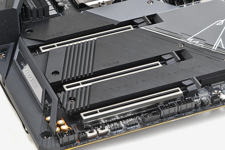 ビデオカードを搭載するx16スロットは金属カバーで補強されている